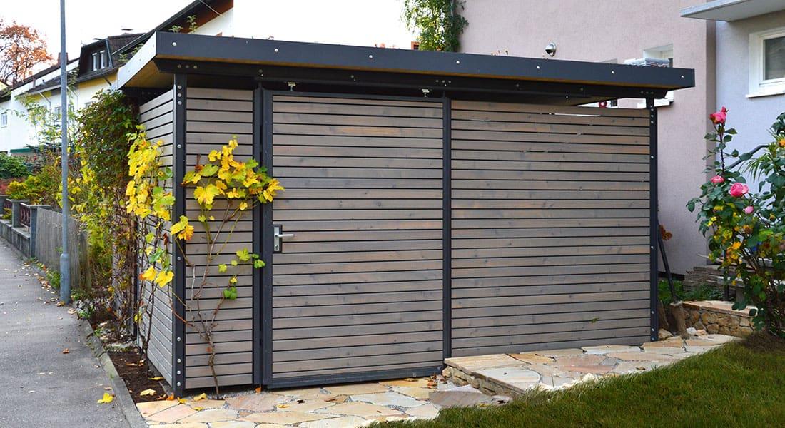 Fahrrad- und Gerätehaus, Dach mit extensiver Begrünung, Wandelemente aus Trapezprofil Lärche vorvergraut