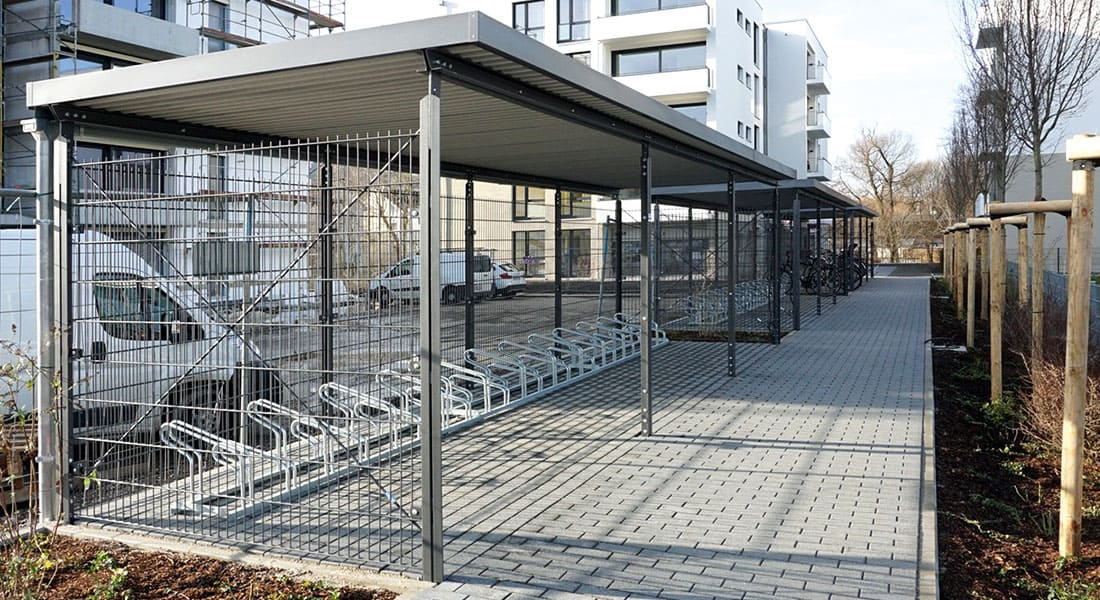 Fahrradunterstände, Dach mit extensiver Begrünung, Wandelemente aus Doppelstabgitter