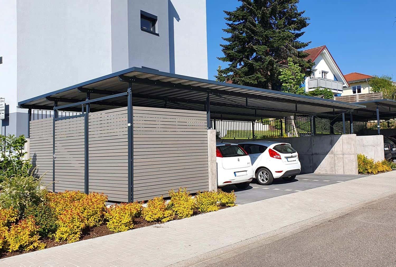 Reihen-Carportanlage mit 3 Stellplätzen, seitlicher Anbau als Müll-Einhausung, Wandelemente aus Trapezprofilen Lärche vorvergraut
